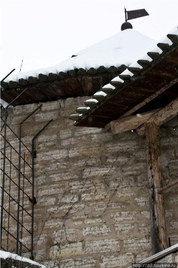 Современная защита крепостных стен-колючая проволока