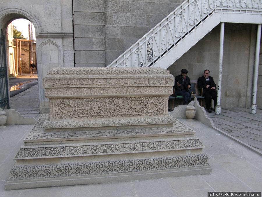 Здесь похоронен человек построивший мечеть.