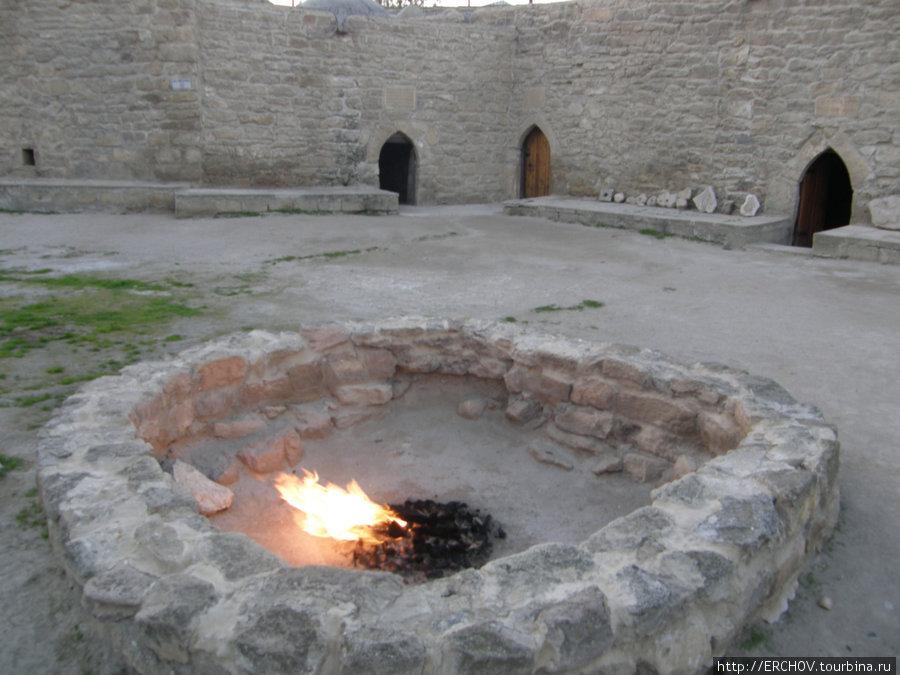 В наше время газ подаётся по трубам, но раньше он сам выходил из земли и горел на этом месте.