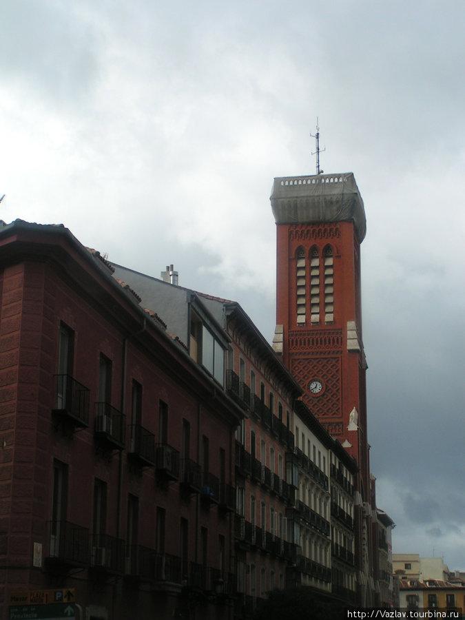 Боковой вид на здание церкви