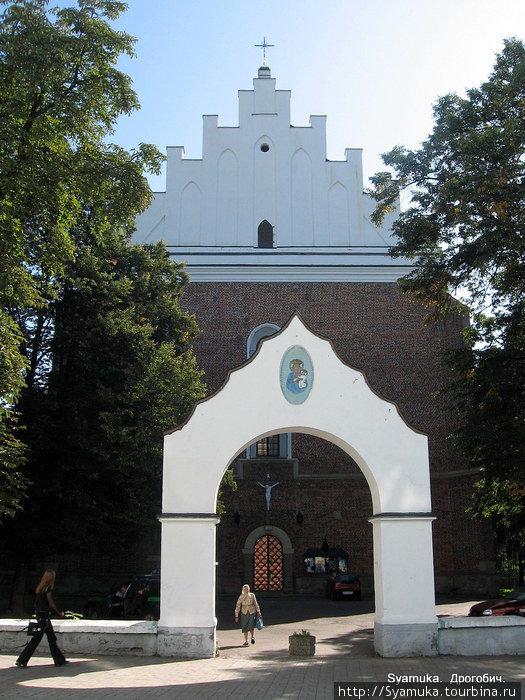 Главные ворота ведут на территорию костела.