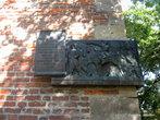 На углу башни — памятная доска, где написано, что осенью 1648 года крестьянско-козацкие отряды да восставшие жители города и ближних сел разгромили польско шляхетские войска и освободили город.