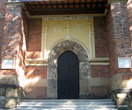 Над входом слева — герб Дрогобыча — девить соляных бочек.