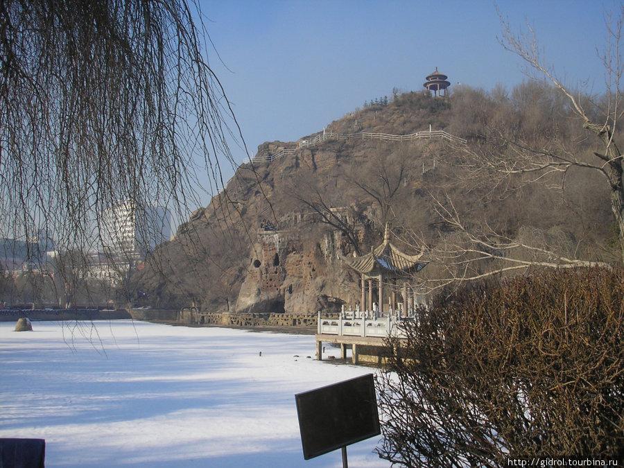Водоем у подножия горы (воду на зиму спустили).