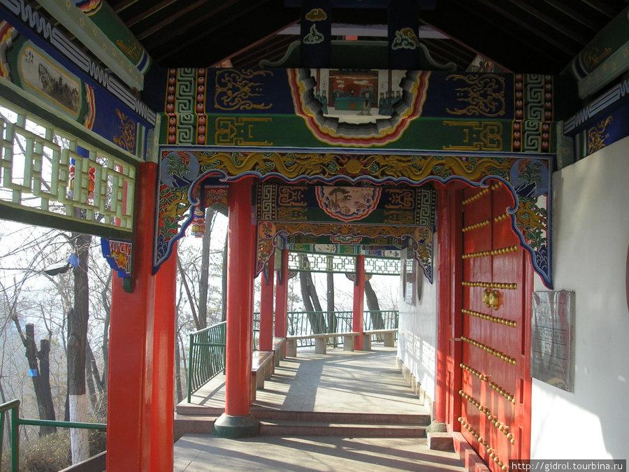 Такая улочка обходит храм, вдоль нее стоят скамеечки, можно посидеть, отдохнуть.