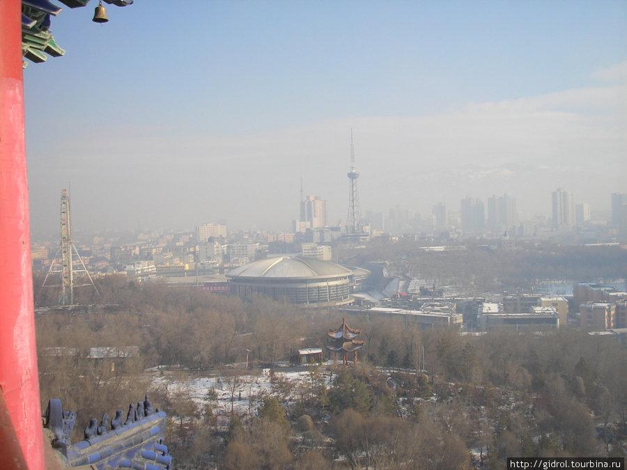 Вид на город с третьего этажа павильона.
