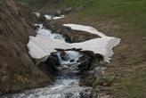 Над крохотным ручейком сохранился маленький снежный мостик. Сегодня-завтра он обрушится и растает.