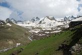 Пасторальная картинка с турецкой яйлы. Зеленая травка, синее небо, заснеженные горы и упитанные барашки.