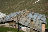 Вот так укрепляют местные жители свои крыши.