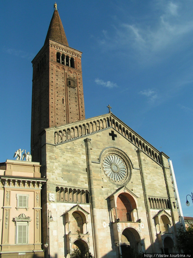 Фасад собора со стороны площади