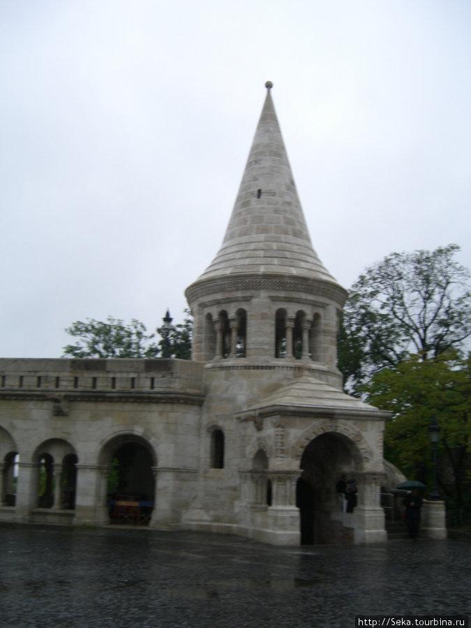 Одна из башен Рыбацкого бастиона. Фото сделано во время дождя