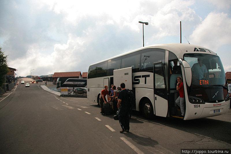 автобус привозит всех к подножию Этны, где на высоте 1900 метров над уровнем моря располагается горнолыжная база.