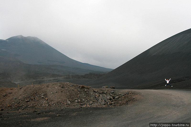 Далее можно либо отправиться пешком, либо заплатить ещё 25 евро и поехать к кратеру на автобусе с большими колёсами. Мы, естественно, пошли пешком.