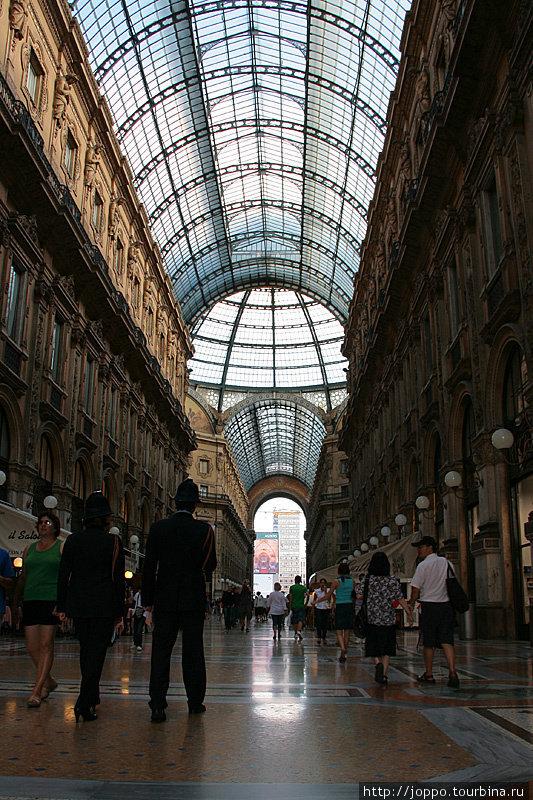 Миланский ГУМ. А если без шуток — Галерея Виктора Эммануила II, в честь которого названа хотя бы одна улица в каждом городе.