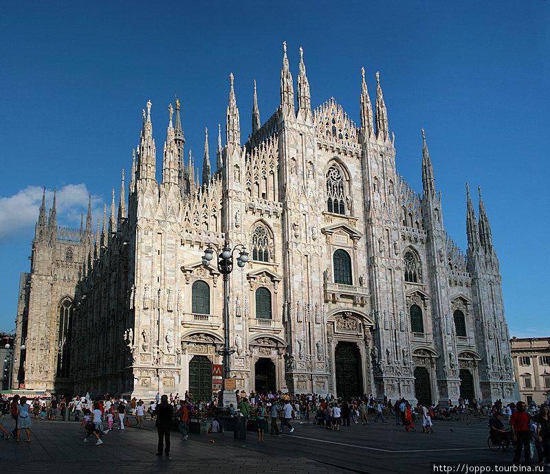 Кафедральный собор в Милане или миланский дуомо. Все главные здания в итальянских городах называются Дуомо, как у нас — Кремль.