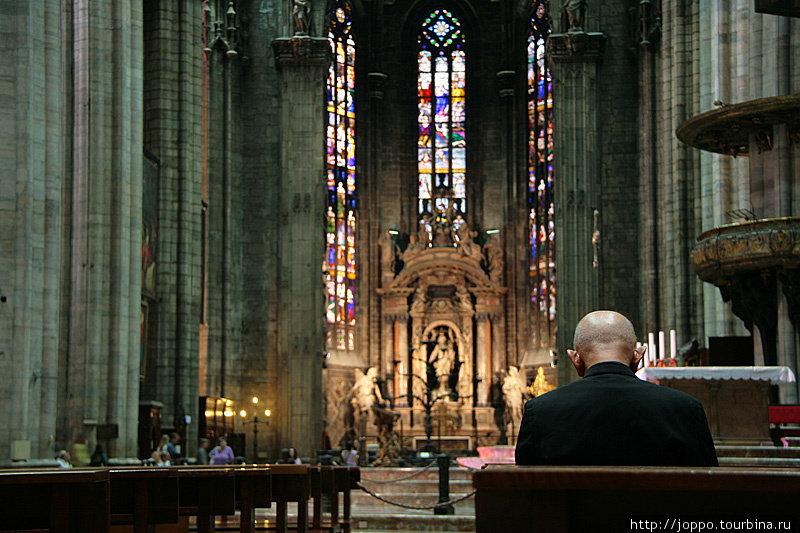 Изнутри похож на собор Святого Витта в Чехии.