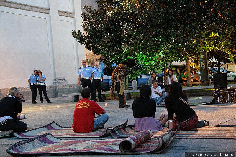 Множество уличных артистов устраивает свои интерактивные представления с большим количеством реквизита, не опасаясь быть выгнанными полицескими. Они, как видно, сами сильно заинтересованы происходящим