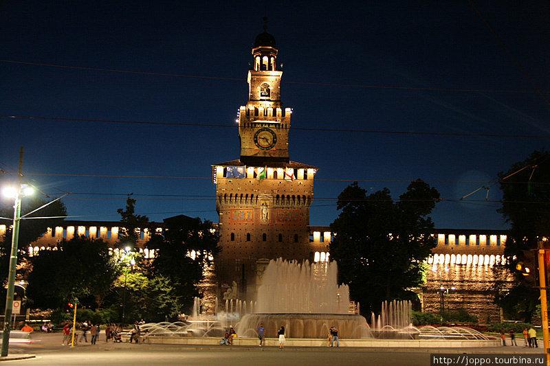 Дальше мы напрвляемся к кастелло Сфорцеско. Центральную башню миланской крепости («башня Филарете») спроектировал Антонио Филарете, одно время работавший вместе с Аристотелем Фиораванти.