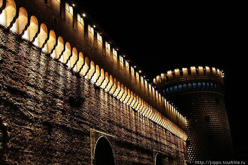 Облик крепости Сфорца взяли за образец миланские архитекторы, работавшие над московским Кремлём. Обратите внимание на форму башен и короны венчающих стены зубцов.
