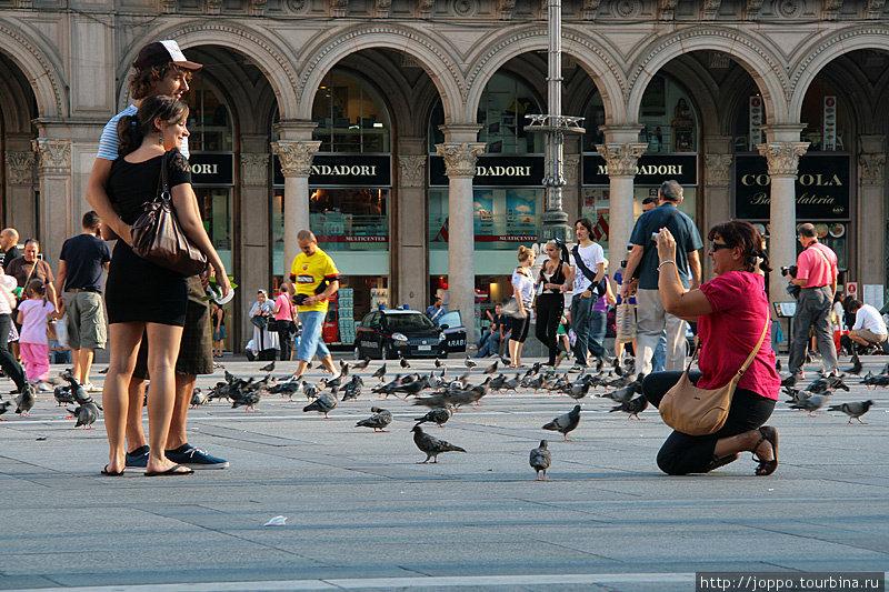На площади перед собором все фотографируются в окружении одной из главных напастей Италии — голубей.