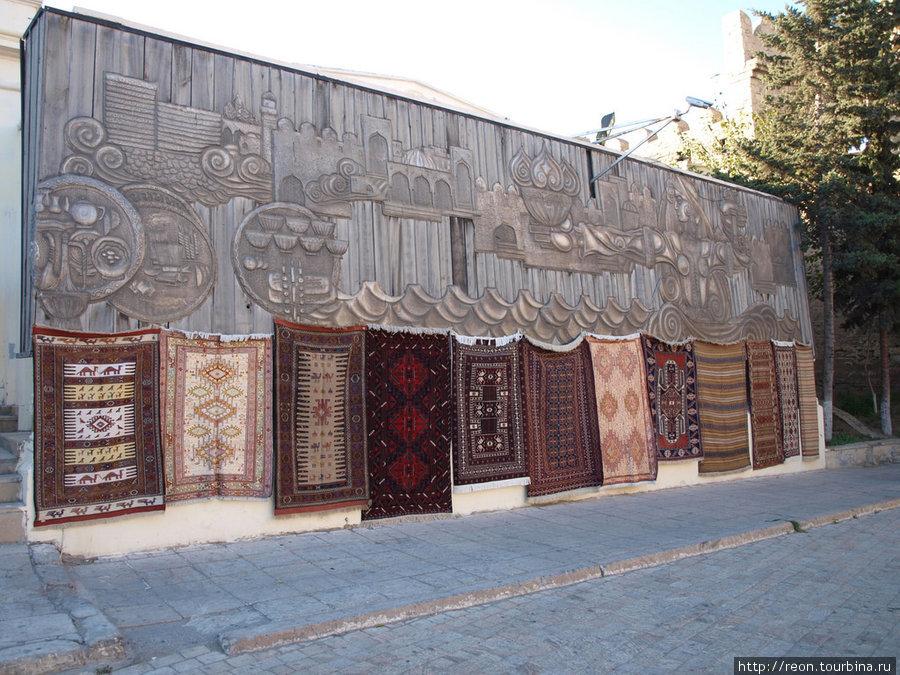 Продажа ковров на улочках Старого города