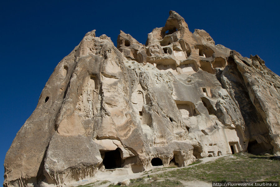 Целое древнее поселение на одной огромной скале.