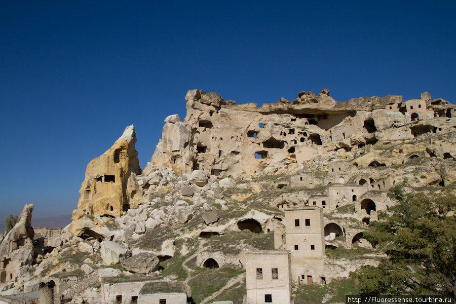Над современной деревней Чавушин высится древний город, высеченный в скалах. Четко видна плоская базальтовая шапка, которая раньше покрывала всю долину.
