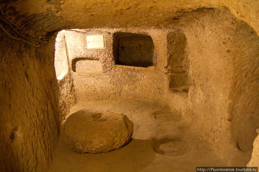 Под землей в Derinkuyu. Это помещение — кухня, а этот круглый камень — очевидно, стол. В целом, все помещения небольшие, мы видели всего несколько относительно небольших залов.