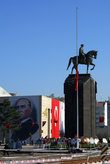 Памятник Ататюрку и Ататюрк на стене