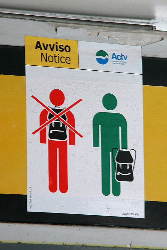 Напоминание как носить рюкзак, находясь на вапоретто. Напоминалка важная, потому что очередь в камеру хранения на вокзале стоит вдоль всей платформы.
