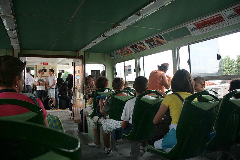 Вапоретто — плавучий автобус. Можно купить билет на одну поездку за 6,5 евро, а можно купить абонемент: 12-часовой — 16 евро, 24 часовой — 18 евро.