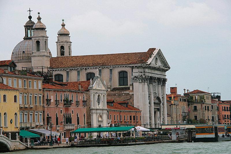 Вопреки непонятно откуда взявшемуся убеждению — ничем в Венеции не воняет