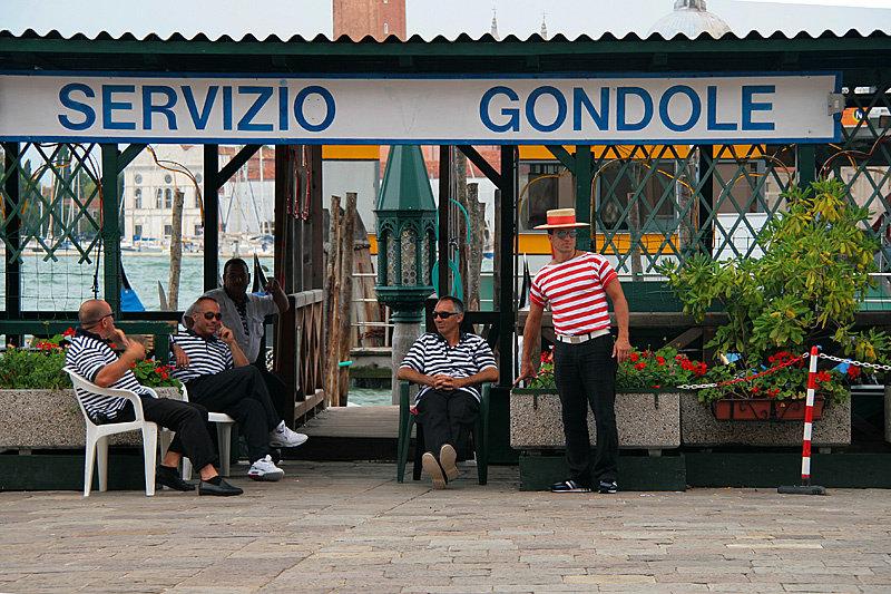 Работа гондольеров регламентируется мэрией Венеции и существуют официальные расценки на услуги. Стоимость «базовой» 40-минутной поездки постоянно растет и в настоящее время составляет от 80 евро.