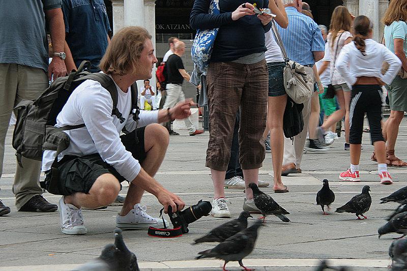 За кормление голубей на площади Сан-Марко предусмотрены штрафы. Но пронырливые барыги за 1 евро насыпят вам целый кулак риса, после чего вас окружит целая туча этих голодных пернатых