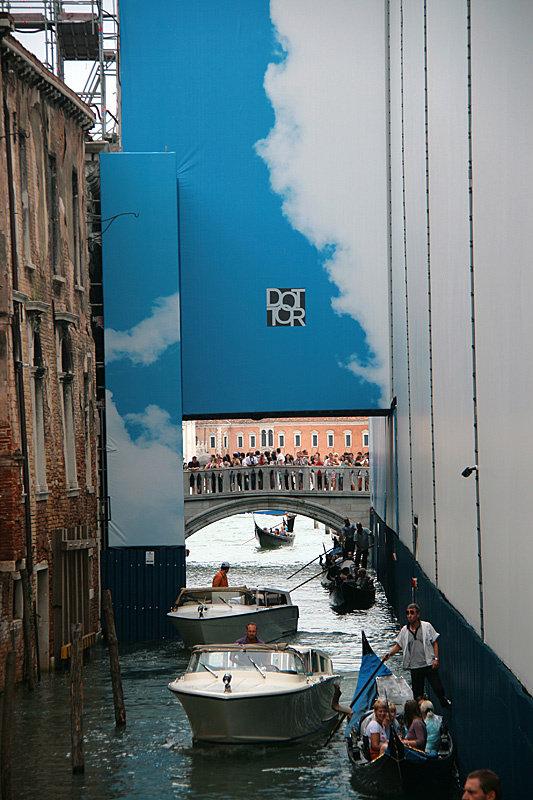 Мост Вздохов тоже ремонтируется и завешен рекламой