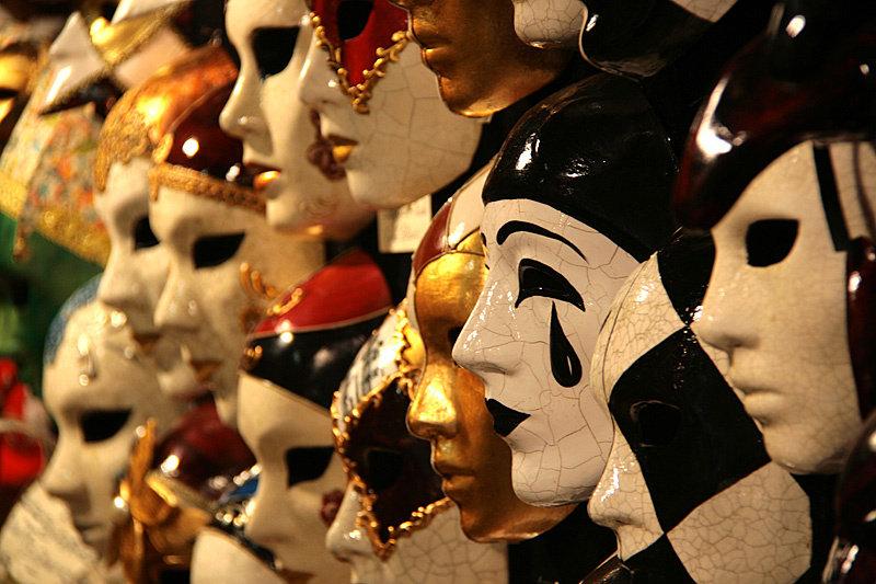 И карнавальные маски. Знаменитый венецианский карнавал проходит ежегодно в феврале-марте, в эти дни в городе просто не протолкнуться