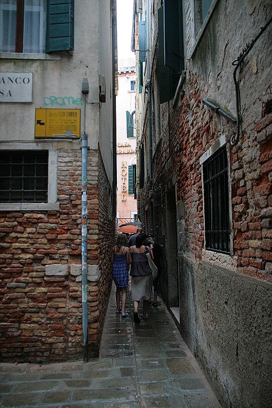 Путеводители пугают, что заблудиться в узких улицах Венеции проще, чем скатать шарик из козявки, но заблудиться здесь одно удовольствие