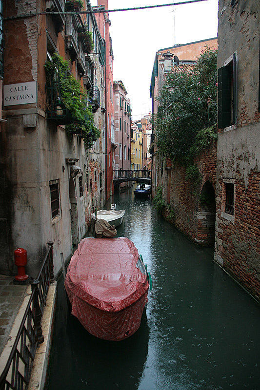 Начинается дождик и все бережливо накрывают свои лодки брезентом. Фасады домов здесь ремонтировать никто не собирается, ибо бессмысленно.