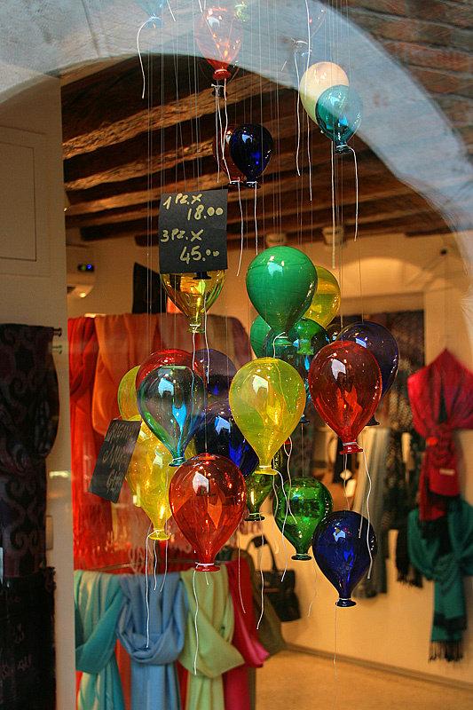 В качестве сувениров из Венеции везут поделки из знаменитого муранского стекла. Фонари в городе (подозрительно красного цвета) тоже сделаны из него.