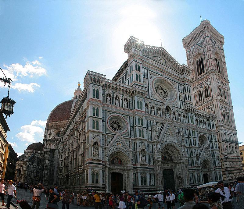 Главным зданием в городе является монументальное сооружение — Собор Санта-Мария-дель-Фьоре. Или просто флорентийский дуомо.
