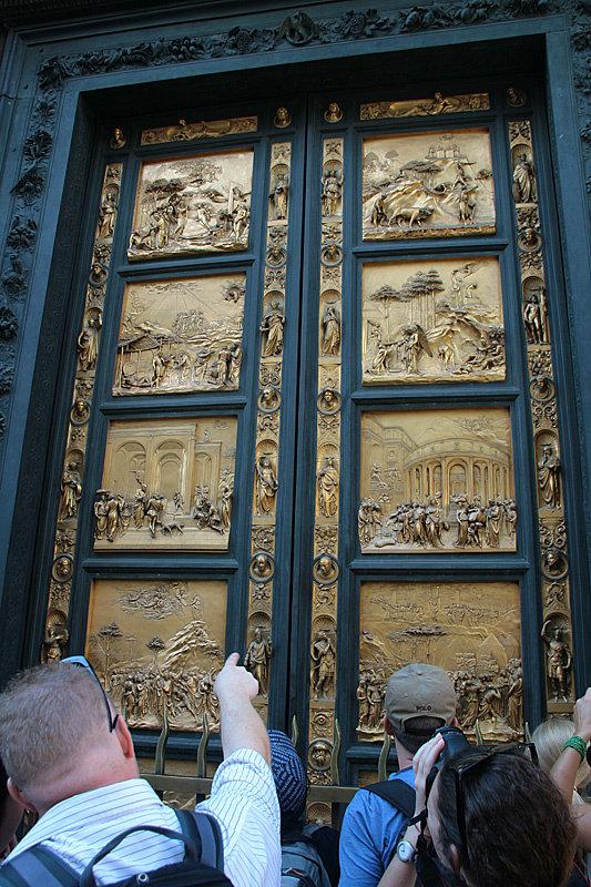 Рядом расположен Баптистерий Сан-Джованни работы Лоренцо Гиберти