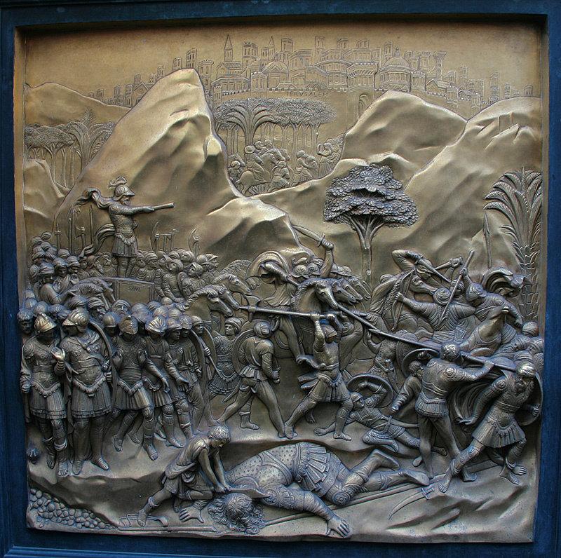 На золоченых панелях изображены различные библейские сцены