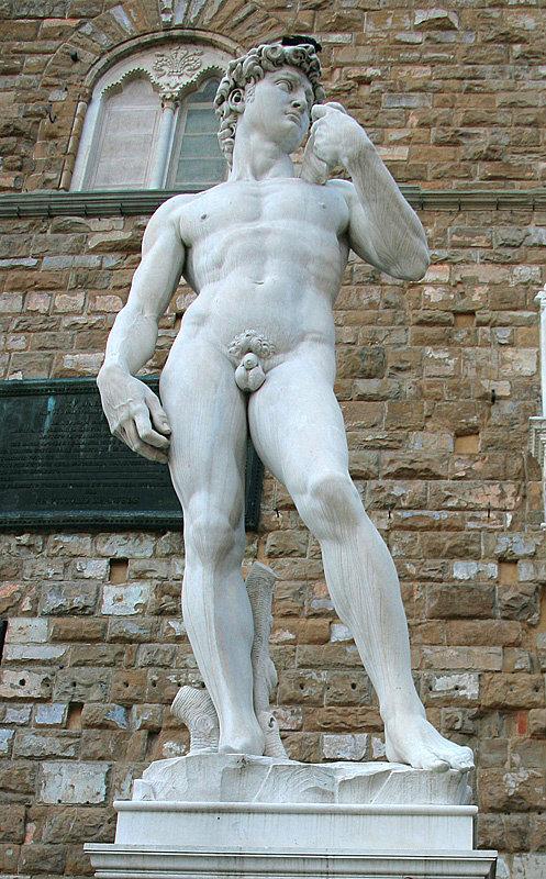 Копия статуи Давида (оригинал находится в Галерее Академии) около галереи Уффици — одного из самых крупных и значимых музеев европейского изобразительного искусства.