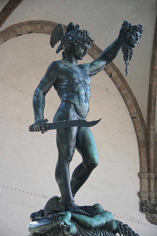 Обратите внимание на меч Персея — на нём небольшая проволочка, чтобы голуби не садились и не засирали скульптуру. И общий вид не портит, и служит на благо — просто и гениально.
