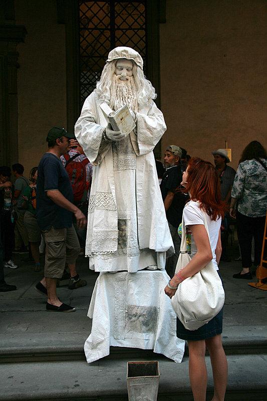 Рядом с галереей можно найти не только каменные статуи