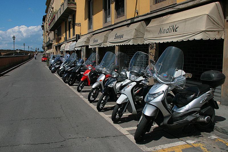 Флоренция самый «двухколёсный» город на севере Италии. Трудно найти хотя бы один фонарь, к которому не привязан велосипед или скутер.