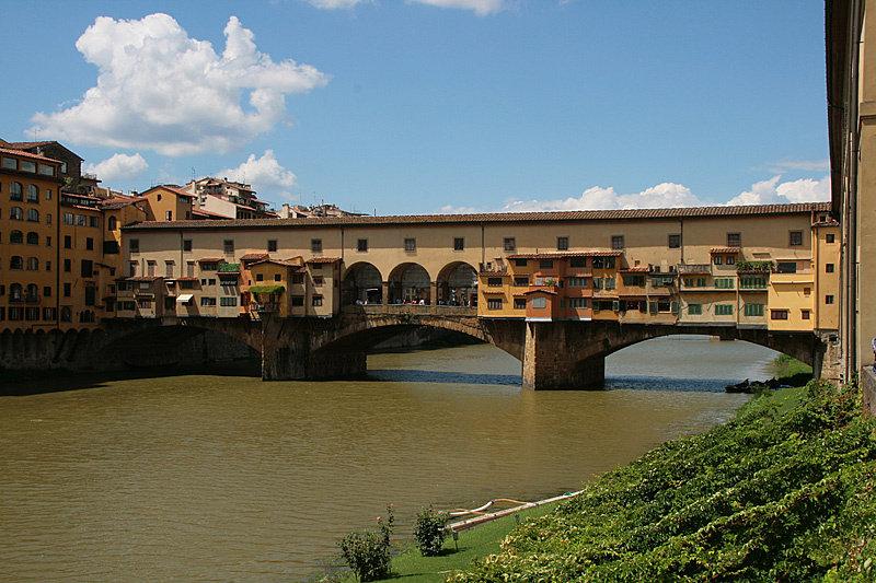 Недалеко от галереи Уффици на реке Арно находится Понте Веккьо (что переводится как Старый Мост) — самый древний мост Флоренции. Раньше тут торговали мясом, а теперь ювелирными изделиями.