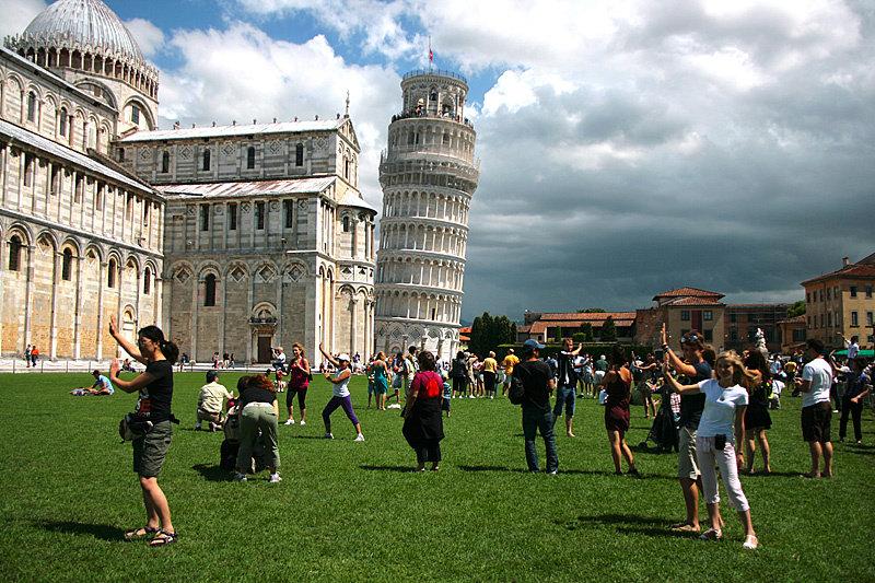 Пизанская башня никогда не упадёт, ведь её подпирает тааак много добровольцев.