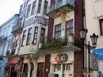 Дома австро-венгерской застройки. Изразцы и лепнина, скульптуры и ниши, балкончики и карнизы — всего хватает для украшения зданий.