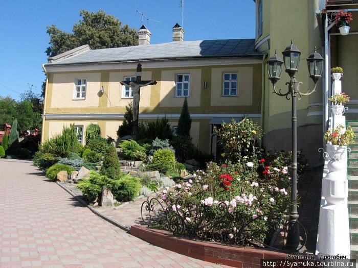 Двор монастыря.
